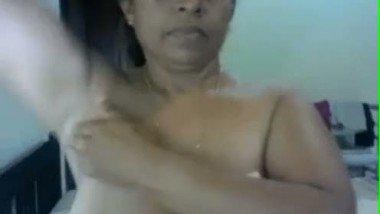 Desi housewife Mallika bhabhi sex MMS scandal video