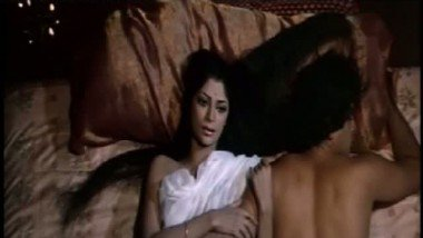 Simi Grewal – Shashi Kapoor sex Scene from a 1972 bollywood movie-2