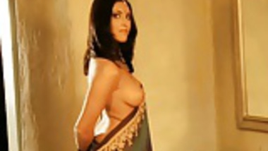 Amazing Bollywood babe Is Incredibly Erotic