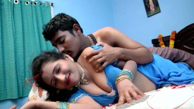 Desi bhabhi's cleavage & boob press bollywood sex