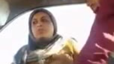 Pakistani bhabhi romancing with her car driver
