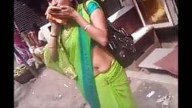 Aunty navel expose in public