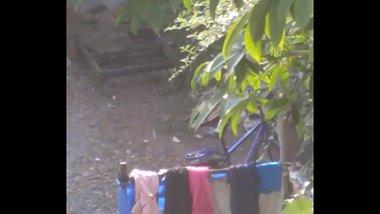 Desi teen girl outdoor bath full nangi