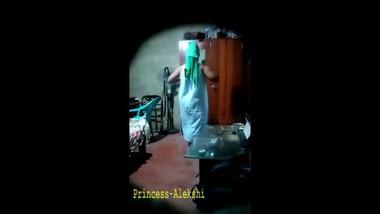 Sri lankan hide cam නාලා ඇවිත් ඇදුම් මාරු කරනවා මල්ලි සේරම වීඩියෝ කරලා