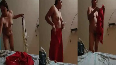 Cheating Bhabhi captured nude by her husband's friend video
