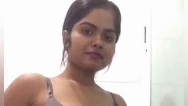 Indian girl with beautiful figure and face nude MMS