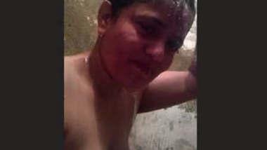 Desi bhabhi making bathing video