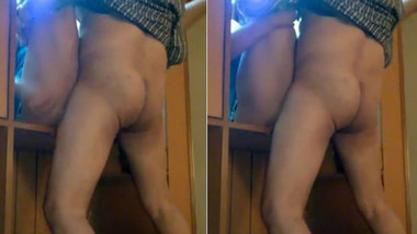 Desi hot aunty Quikie in dressing table