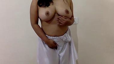 Desi Hot Babe Diya Show cases her Big assets