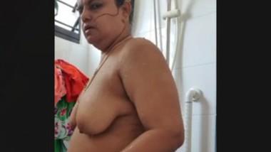BBW INDIAN MILF BATHING