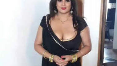 Sapna Bhabhi Big Boobs Cleavage