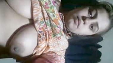 Desi sexy boudi showing her big size boobs