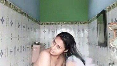 Bhabhi bathroom – Solo bathing video