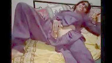 Desi village aunty show her pussy