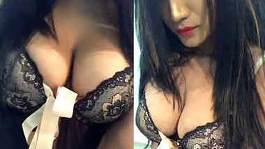 desi hot model cleavage show in lingerie