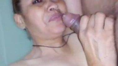 Milky Aunty sucking dick and balls MMS video