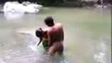Desisex video of a young couple enjoying outdoor sex in a pond