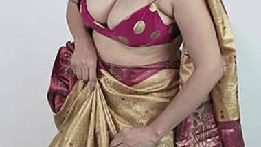 big boob aunty wearing sari showing huge hanging boobs