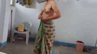 indian sunita bhabhi nude saree change caught by devar