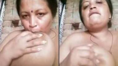 desi aunty showing big boobs