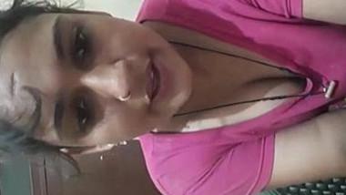 Hot mumbai housewife bhabhi roma milky cleavage & bubbly navel show.
