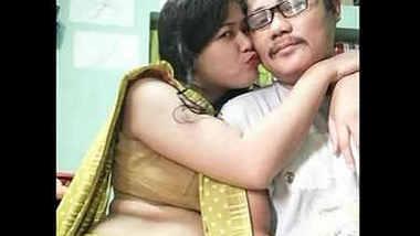 Bubbly housewife pooja bhabhi bubbly navel belly show.