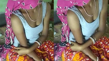 Hot village housewife bhabhi soma sexy legs, cleavage and navel show.