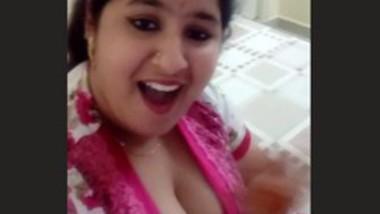 Cleavage wali bhabi