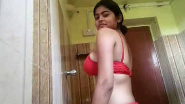 Hot Look Indian Mallu college Girl Showing her Boobs