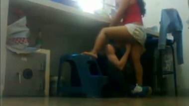 Amateur girl gets her pussy eaten at the office counter