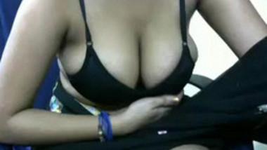 desi babe strips saree showing huge boob