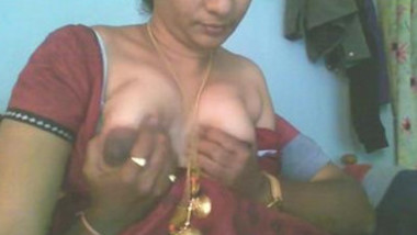 Indian hot aunty boobs show