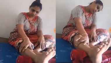 Hot desi aunty exposing legs