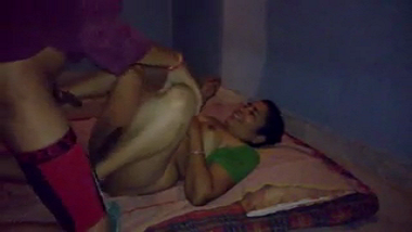 Home sex scandal of Indian aunty in saree with college guy