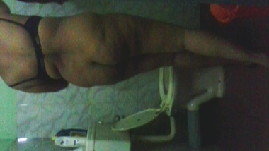 Tamil chubby aunty caught by servant during bath
