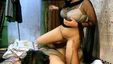 Savita bhabhi apne padosi ki lund par chad ke chudi