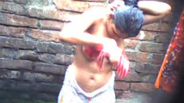 Desi sex of cute girl bathing outdoor