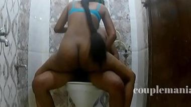 Bathroom me dost ki wife se sex ki Hindi masala blue film