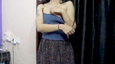 Desi bhabi open her dress
