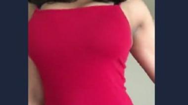 Hot Desi Babe Showing Navek & Cleavage