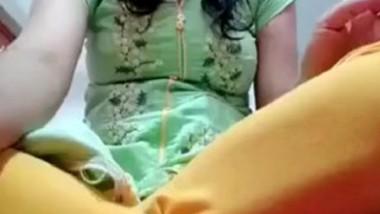 Desi girl fingering pussy