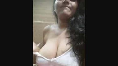 desi girl showing her big boobs