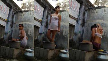 Hottest desi aunty on hidden cam bathing XXX video