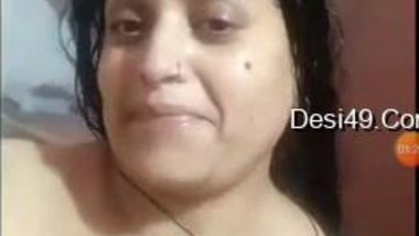 Desi aunty needs a camera to film her washing the sexy body