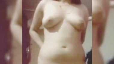 Desi bhabi show her nude body