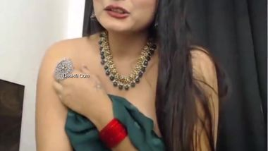 Indian webcam girl flashes boobs but tips will make her show more
