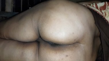 Big butt Indian aunty displaying