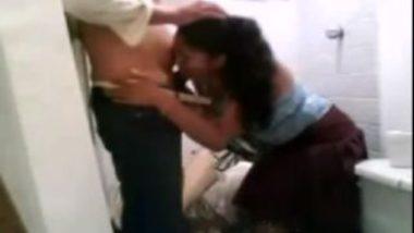 Delhi girl blowjob in toilet in indian hidden cam