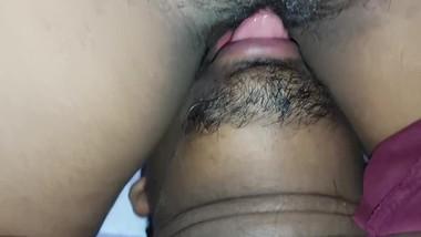 Pussy licking කිම්බ ලෙවකකා මෑ ඇටේ සුප්පු කරද්දී, ගෑනිට සැප කෑගහනවා asian