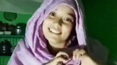 Bangladeshi beautiful girl makes a nude video for BF.
